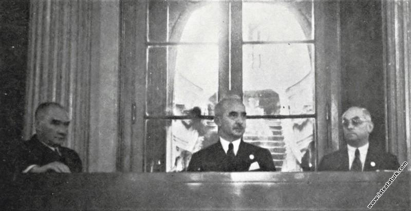 Atatürk II.Tarih Kongresi'nin ikinci günü toplantısında, İsmet İnönü ve Celal Bayar ile birlikte. (21.09.1937)
