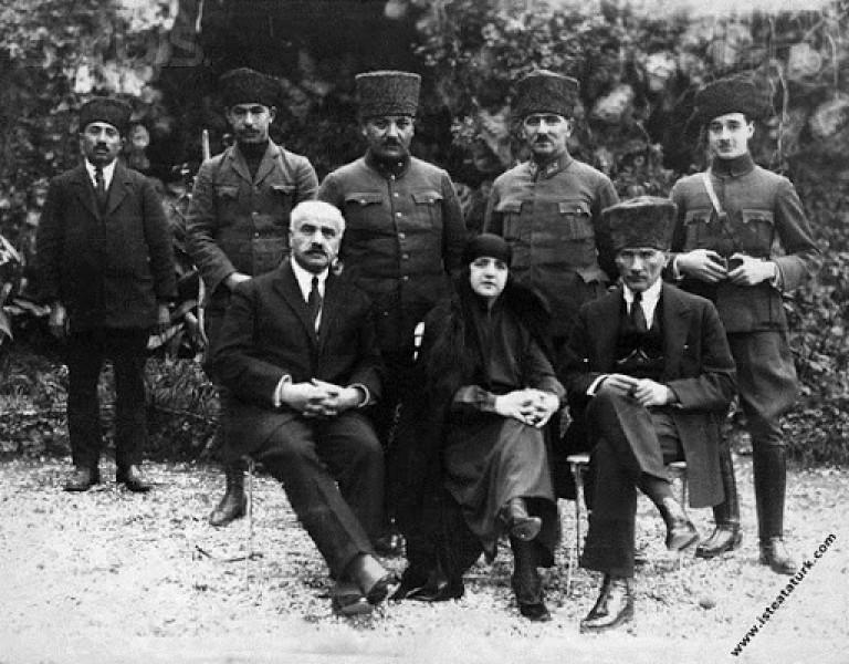 Başkomutan Mustafa Kemal, Uşakizade Köşkü'nün bahçesinde eşi Latife Hanım'la birlikte. (30.01.1923)