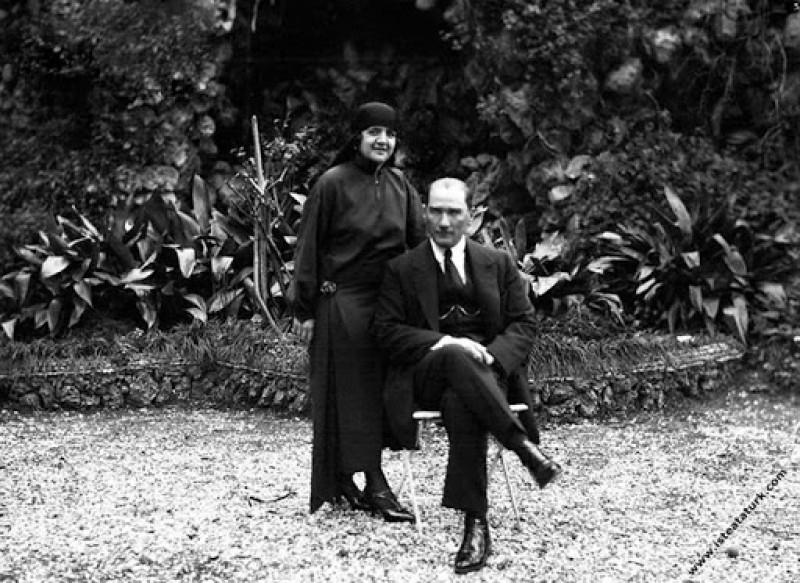 Başkomutan Mustafa Kemal, Uşakizade Köşkü'nün bahç...