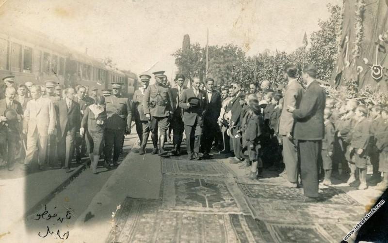 Mustafa Kemal Atatürk'ün İzmir Menemene gelişi. (1...