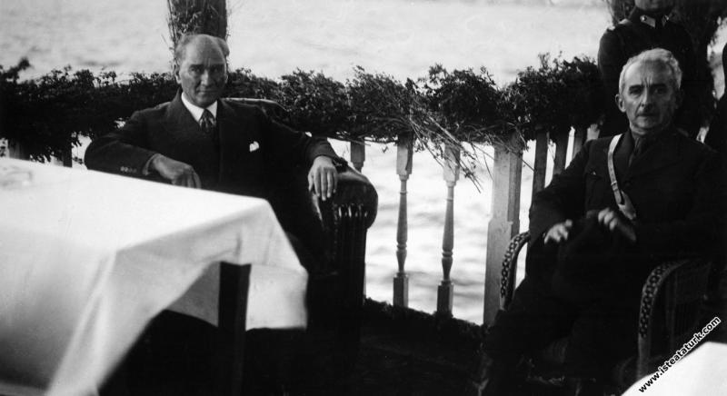 Mustafa Kemal Atatürk İsmet İnönü ile birlikt...
