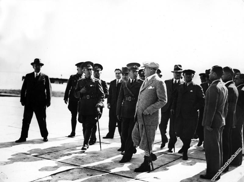 Mustafa Kemal Atatürk Seydiköy Hava Kuvvetleri'ni denetlemesi, Gaziemir, İzmir. (10.04.1934)