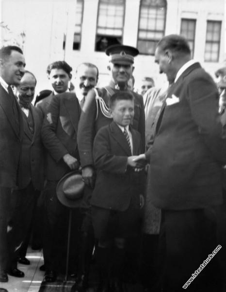 Mustafa Kemal Atatürk Yalova'da tanıyıp himayesine aldığı Sığırtmaç Mustafa ile öğretmeni İle birlikte Dolmabahçe Sarayının önünde. (19.09.1930)