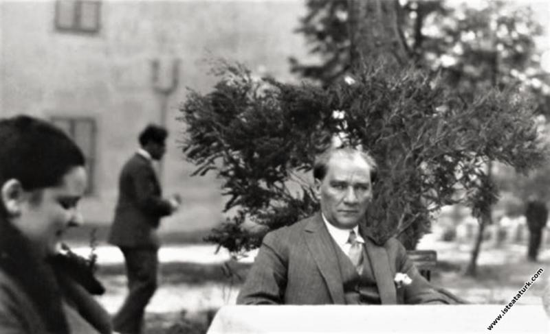Mustafa Kemal Atatürk, Aziziye İstasyonu'nda bir d...