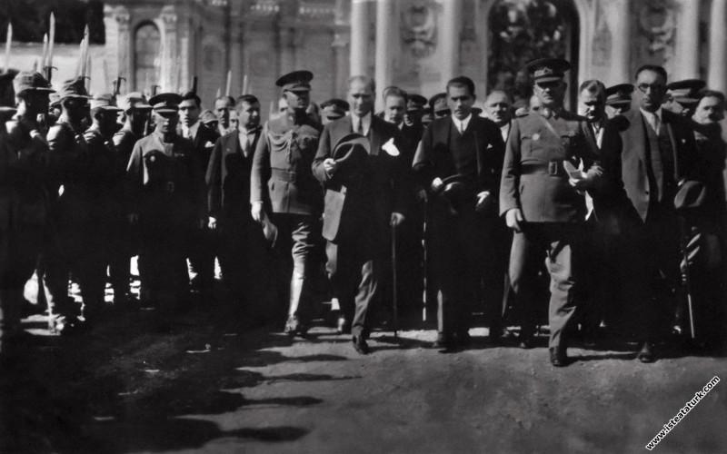 Mustafa Kemal Atatürk ve beraberindekiler Dolmabahçe Sarayı'nda, İstanbul. (14.09.1928)