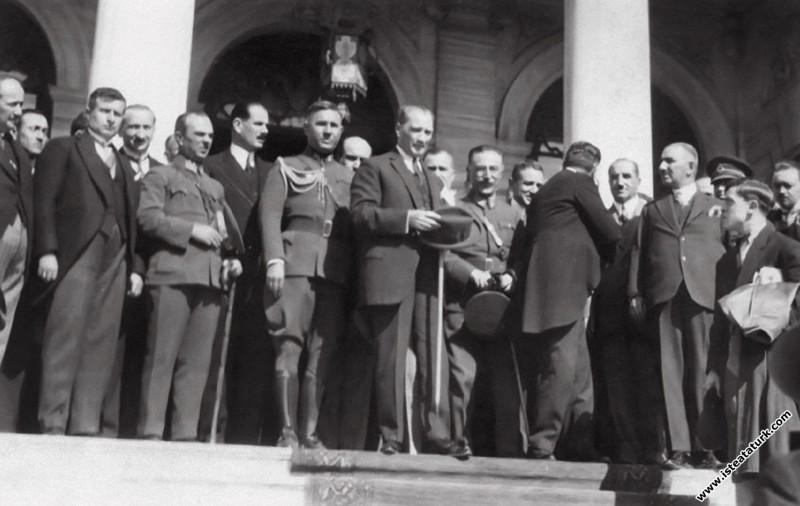 Mustafa Kemal Atatürk ve beraberindekiler Dolmabah...