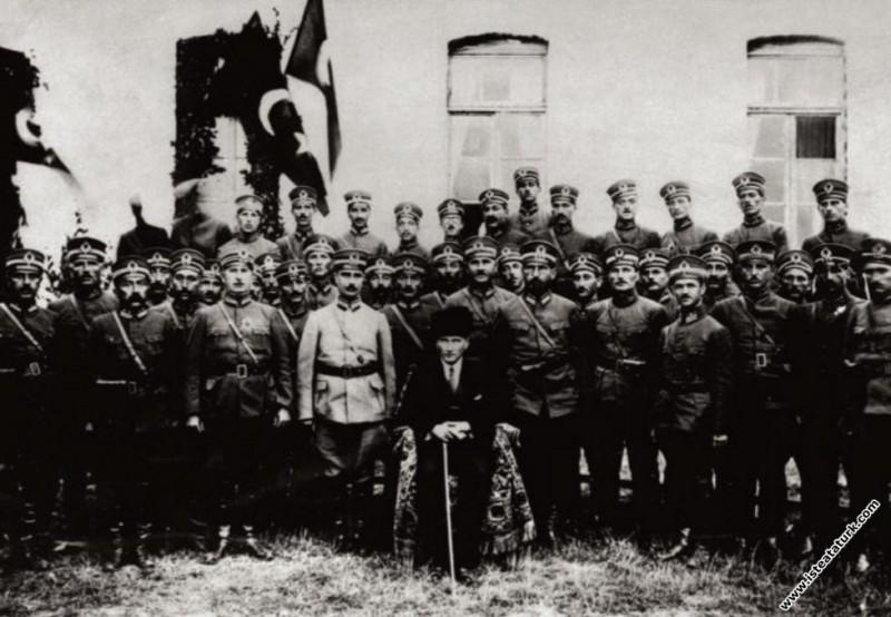 Gazi Mustafa Kemal Paşa, Samsun'da 15. Tümen subaylarıyla. (24.09.1924)