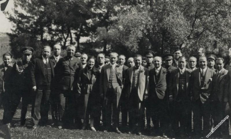 Gazi Mustafa Kemal Paşa, Afet İnan, Fahrettin Altay ve İzmir Valisi Kazım Dirik ile birlikte, Buca Hasanağa Bahçesi'nde, İzmir. (05.03.1930)