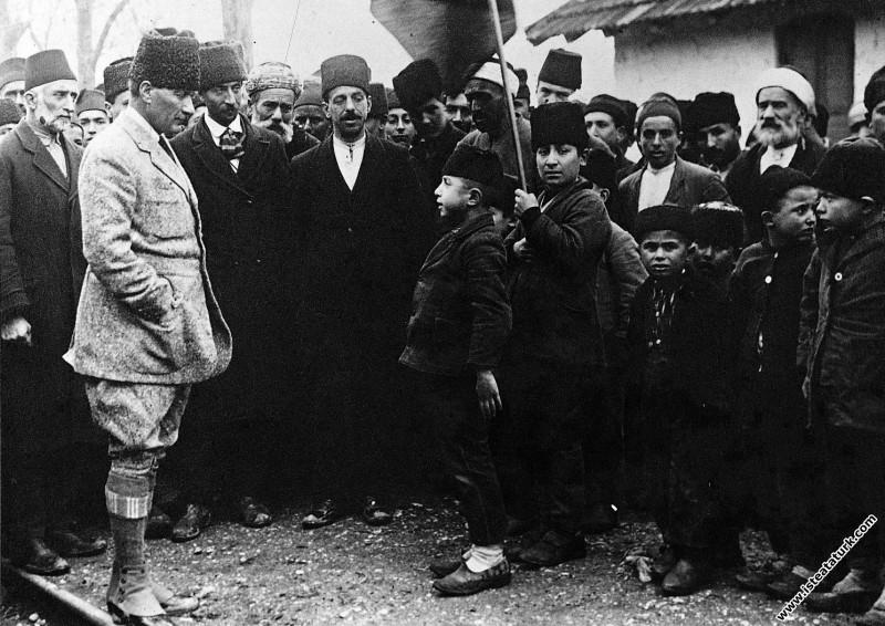 Mustafa Kemal Vezirhan'da, bir çocuk kendisine ç...