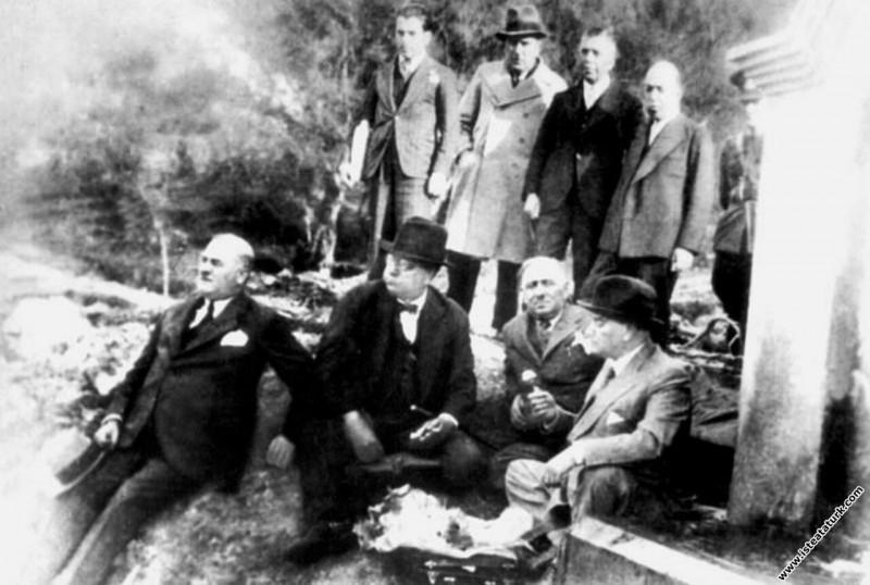 Mustafa Kemal Atatürk ve yanındakiler Balıkesir...