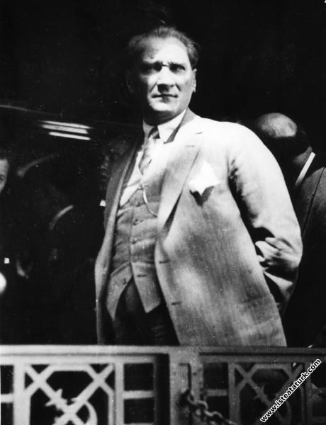 Mustafa Kemal Atatürk Ankara'dan İstanbul'a giderk...