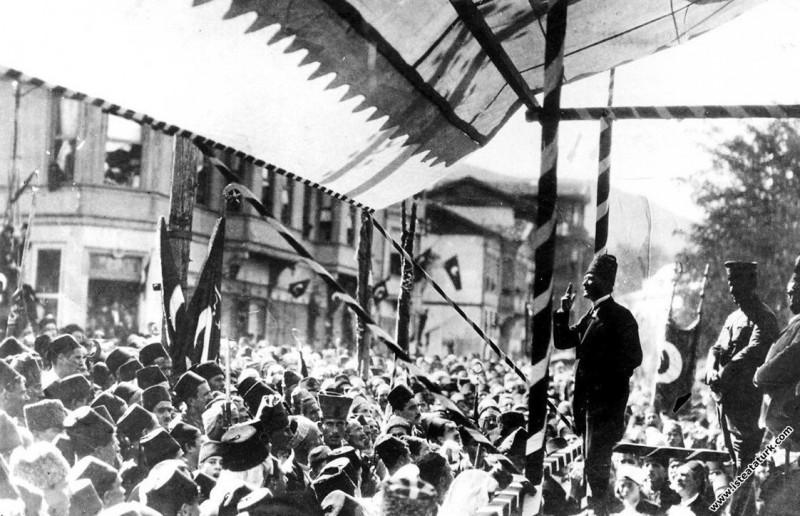 Cumhurbaşkanı Gazi Mustafa Kemal, Bursa'nın düşman işgalinden kurtuluşunun II. yıl dönümünde Bursa'lılara hitap ederken. (11.09.1924)