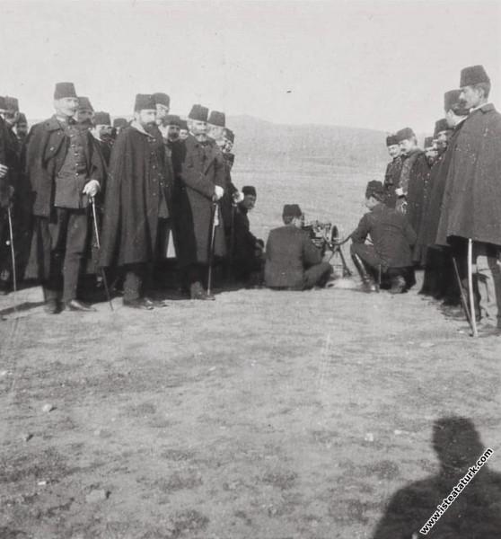 Kolağası (Kıdemli Yüzbaşı) Mustafa Kemal, 3. Ordunun Subay Talimgâhı Komutanlığı görevini yürütürken atış eğitimi sırasında, Selanik. (06.09.1910)