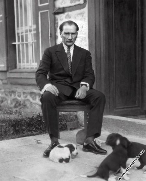 Çankaya Köşkü'nün bahçesi'nde köpek yavrularıyla birlikte. (1923)