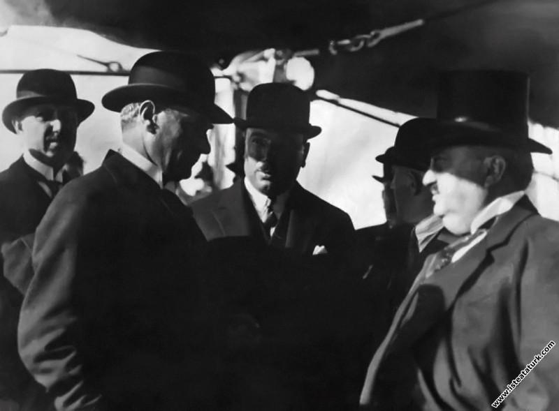 Gazi Mustafa Kemal, Bursa gezisinde Reşit Paşa gemisinden indikten sonra Ertuğrul Yatı güvertesinde. (22.09.1925)