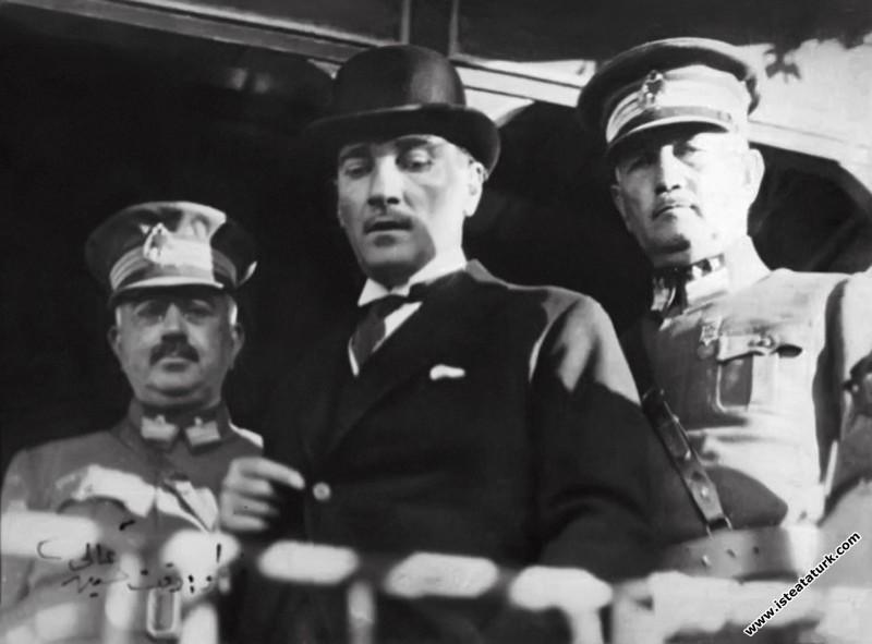 Gazi Mustafa Kemal, Bursa gezisinde Reşit Paşa gemisinde, Ali Sait Akbaytogan ve Ali Hikmet Ayerdem ile birlikte. (22.09.1925)