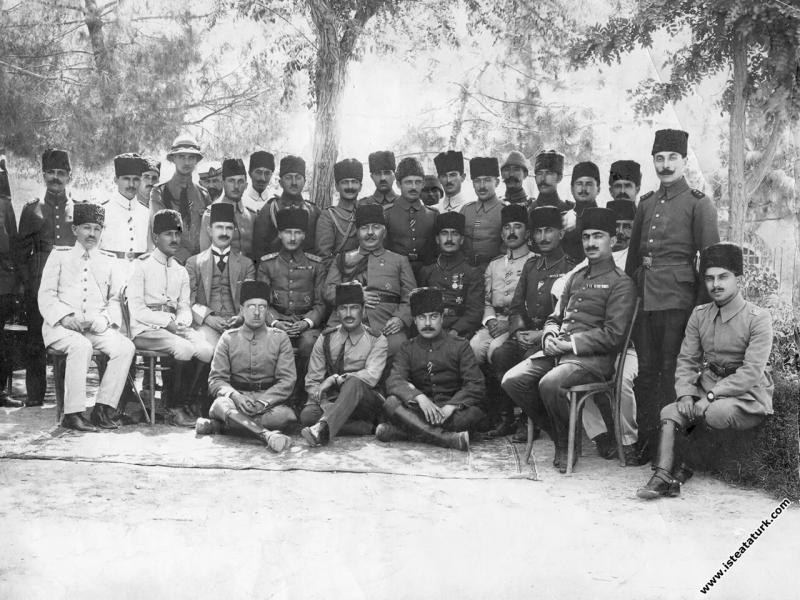 Ahmet İzzet Paşa ve subay arkadaşlarıyla Halep'te. (24.06.1917)