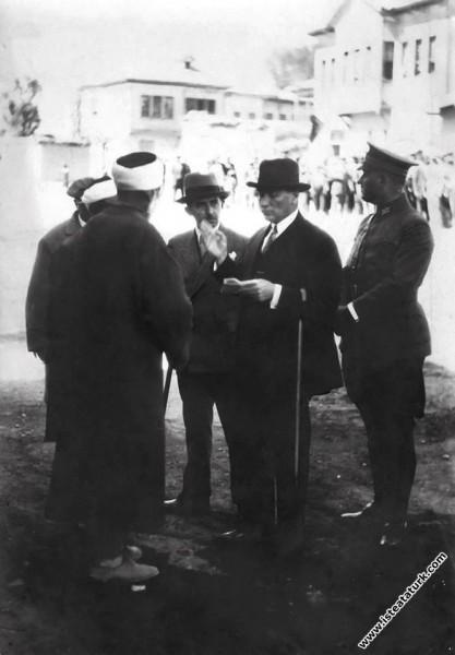 Mustafa Kemal, yeni harfleri öğretmek için geldiği Sivas'ta. (19.09.1928)