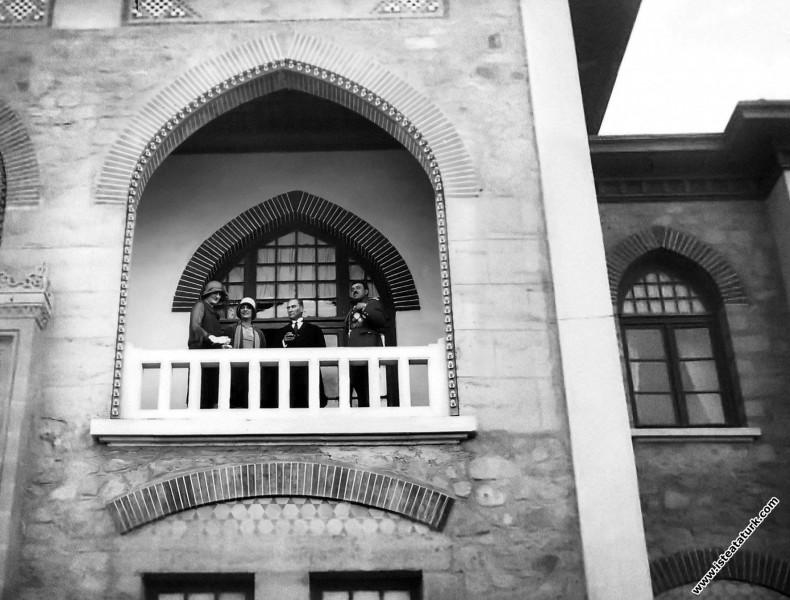 Mustafa Kemal Atatürk ve Afganistan Kraliçesi Süreyya Tarizi, Kraliçe Süreyya'nın kardeşi Huriye Tarzi Hanım, Afgan Kralı Amanullah Han T.B.M.M. balkonunda. (20.05.1928)
