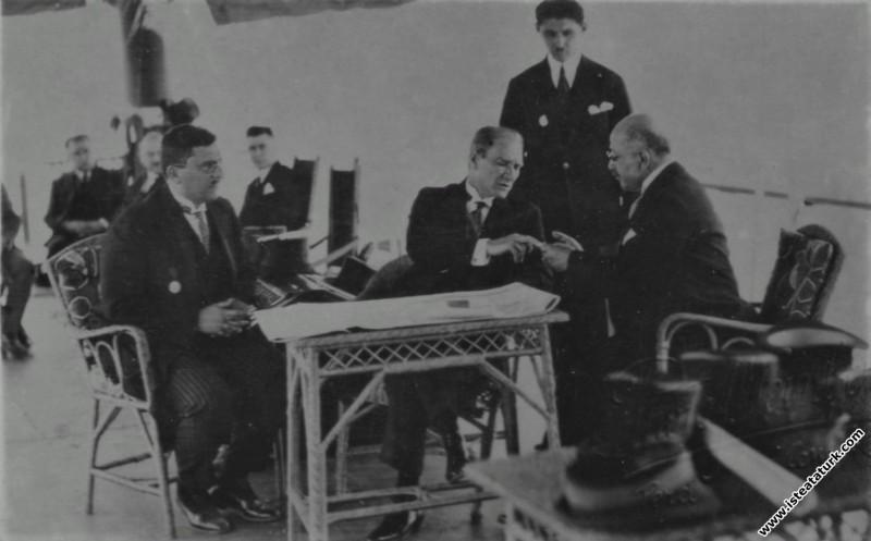 Mustafa Kemal Atatürk ve doktor İbrahim Tali Öngören ile İstanbul'da Ertuğrul yatında, İbrahim Tali Öngören Atatürk'ün parmağından kan alırken. (01.07.1927)