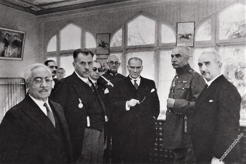 Atatürk ve İran Şahı Rıza Pehlevi İsmet İnönü'nün Çankaya'da bulunan Pembe Köşkü'nde. (17.06.1934)
