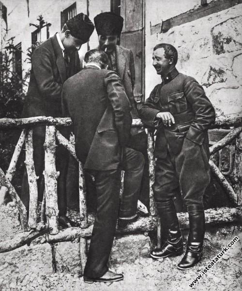 Mustafa Kemal, Çankaya'da İsmet İnönü ve Süvari Tümeni Komutanlarından Çolak İbrahim ile beraber. (04.06.1921)