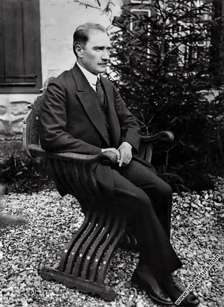 Mustafa Kemal Atatürk, Çankaya Köşkü bahçesinde, Ankara. (04.06.1921)