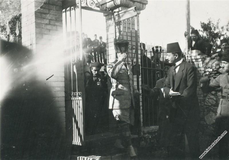 Başkomutan Mustafa Kemal, annesinin mezarının b...