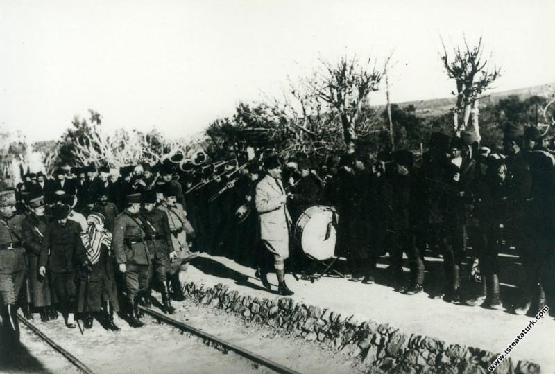 Başkomutan Mustafa Kemal Paşa, Menemen'de. (26 O...