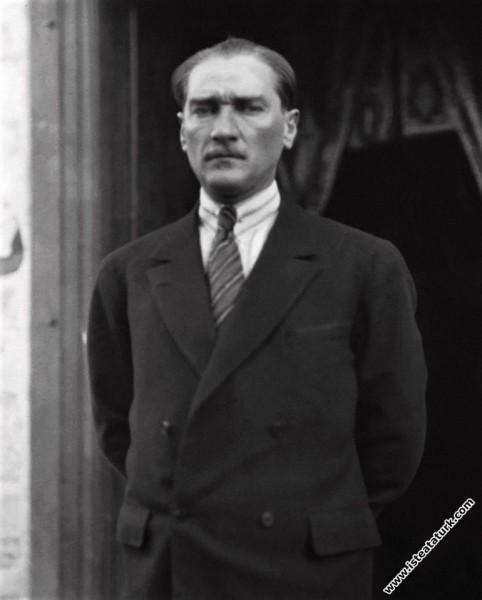 Gazi Mustafa Kemal Atatürk Çankaya Köşkü önünde, Ankara. (1923)