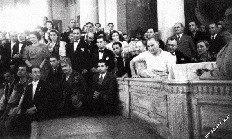 Mustafa Kemal Atatürk Beylerbeyi Sarayı'nda düzenlenen, Balkan Ülkeleri halk oyunları ekiplerinin katıldığı festivalde. (2-3.09.936)