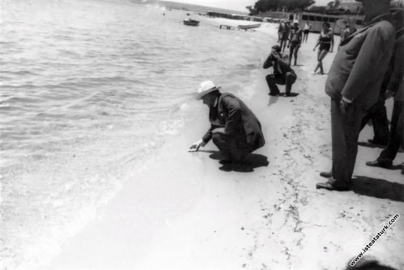 Mustafa Kemal Atatürk Florya'da sahilde denizin sıcaklığına bakıyor. (28.06.1935)