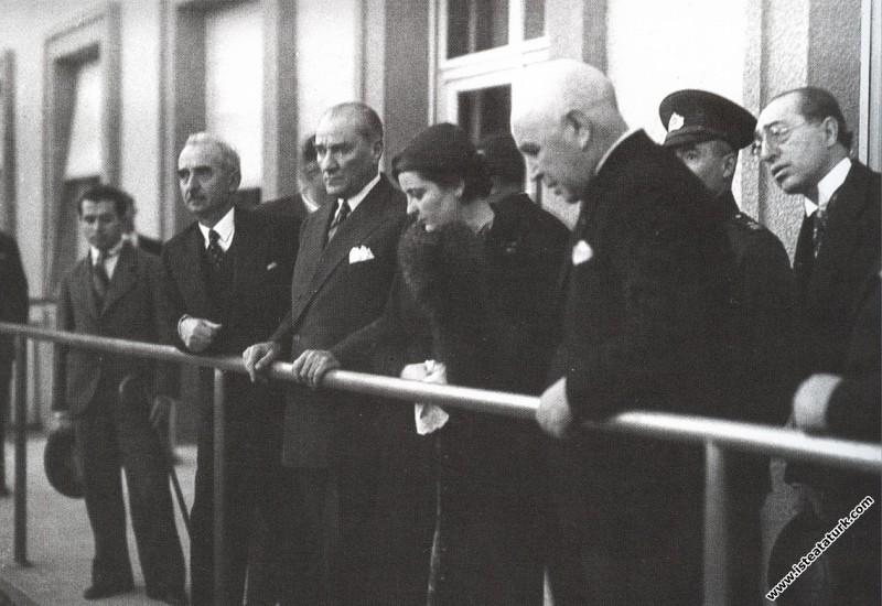 Atatürk, Ankara Sergi Evi'nde Yerli Malları Sergisini gezerken Afet İnan ve İsmet İnönü ile birlikte, Ankara. (10.11.1934)