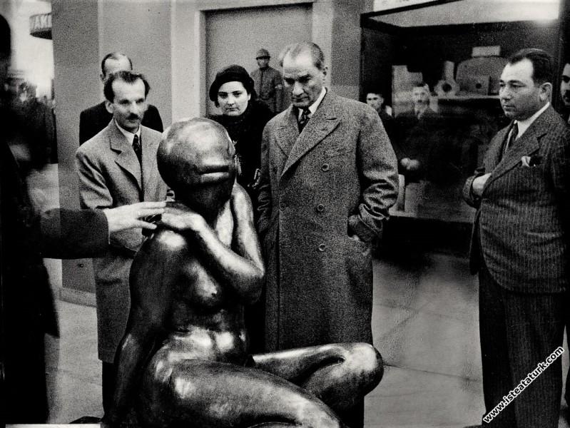 Atatürk, Ankara Sergi Evi'nde, Yerli Malları Sergisinde gezerken bir heykeli inceliyor. (10.11.1934)