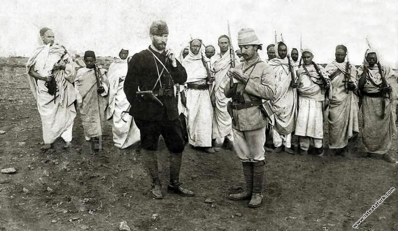 Kurmay Binbaşı Mustafa Kemal Derne'de mücahit bedevi kuvvetler önünde emirlerini yazdırırken. (08.05.1912)