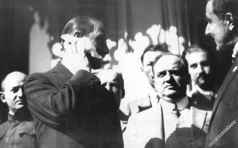 Mustafa Kemal Atatürk, Bursa'da Hünkar Köşkü'nde halk ile beraber. (21.08.1929)