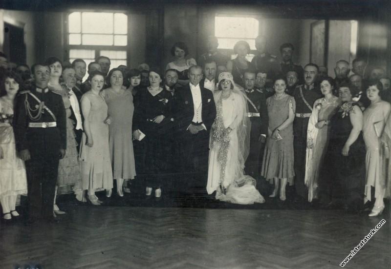 Mustafa Kemal Atatürk, Mareşal Fevzi Çakmak'ın kızı Nigar Hanım ve Şefik Bey'in nikah töreninde, Ankara Palas. (15.05.1930)