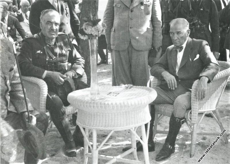 Mustafa Kemal Atatürk Ege Manevralarında dinlenirken, Çamlık, Aydın. (10-11.10.1937)