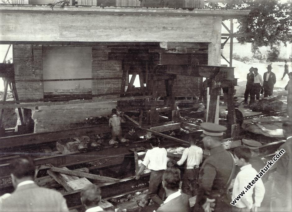 Atatürk Yürüyen Köşk'te incelemelerde bulunuyor.(24 Temmuz 1930)