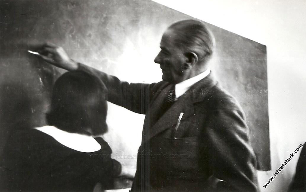 Atatürk Sivas Lisesi'nde 9-A sınıfında geometri dersinde. (13 Kasım 1937)